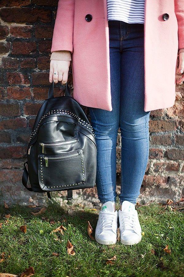 Look calça jeans skinny, tênis Adidas branco, casaco rosa chiclete, camiseta listrada bordada, mochila preta de tachas, Londres, Inglaterra.