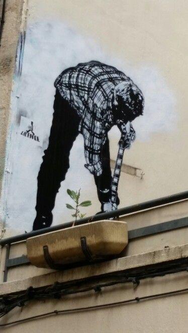 Guitare ou pelle ? Rue de l'Aiguillerie, Montpellier