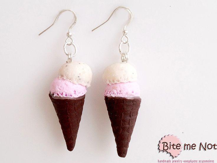 -Silver plated hook earrings!-Chocolate flavoured ice cream cones with strawberry and cookies ice cream scoops!It makes a beautiful set with this necklace:http://www.bitemenotjewels.com/en/necklaces/product/355-pagoto-xonaki-me-fraoula-menta-vanilia-xeiropoiita-kosmimata-polymerikos-pilos-miniatoyres-trofimon-kai-glykon.html