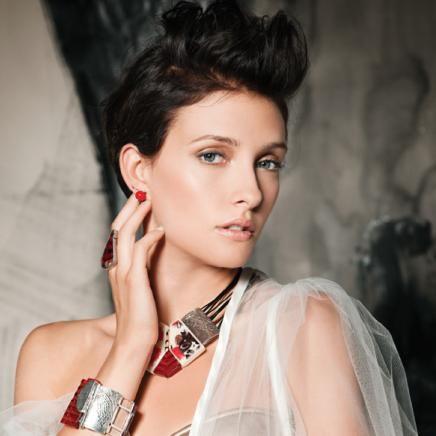 ANNE-MARIE CHAGNON Collection LUV Automne-Hiver Collier/necklace: IPOME 02-E | Bracelet: PONARIA 04-F (Printemps-Été | Spring-Summer) | Bague/ring: IBERIS- rouge transparent/transparent red (Printemps-été | Spring-Summer) | Boucles d'oreilles/earrings: AMARYLIS 01- rouge opaque/red opaque (Printemps-été | Spring-Summer)