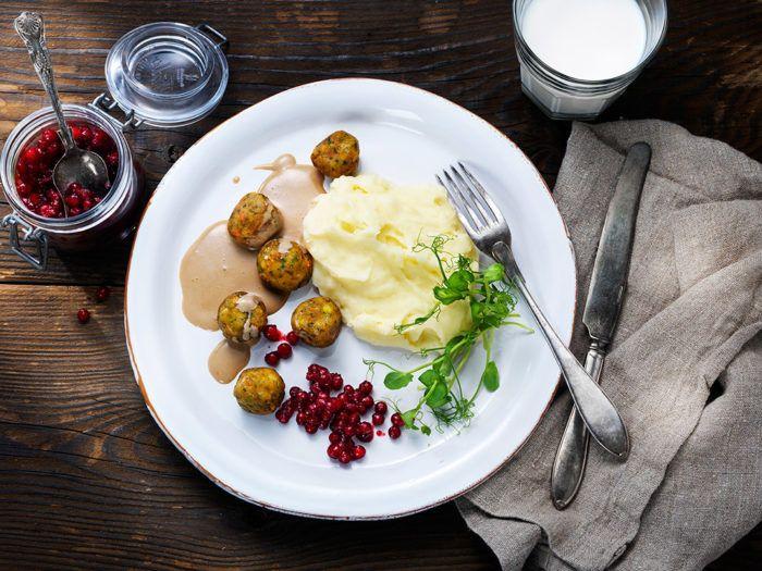 Grönsaksbullar med potatismos, gräddsås & rårörda lingon.