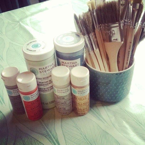 Jag må inte ha plats för ett pysselrum men jag har iaf en fin vaxduk att kladda runt på. I may not have a crafts room but at least I have a beautiful wax cloth to protect the table when I'm messing about. #dyi #pyssel #hemmagjort #design #crafts #käsityö #upcycle #dekorera #decorate #koristella #måla #färger #paint #colors #maali #värit #maalata #duk #bord #table #tablecloth #pöytä #pöytäliina #marthastewart #pandurohobby #slöjddetaljer #brushes #pensselit #penslar by pysselz