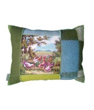 Groot woonkussen met een hoes van wollen dekens en een retro borduurwerk met een afbeelding van kippen in een landschap. De afmeting van dit kussen is 45-60 cm. De hoes sluit met een knoop aan de achterzijde en is wasbaar op wolwasprogramma. Inclusie...