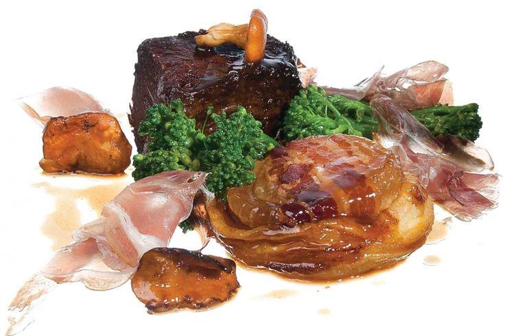 Kalfssukade met hartige tarte tatin van zoete ui, Culatello ham en rode wijn saus