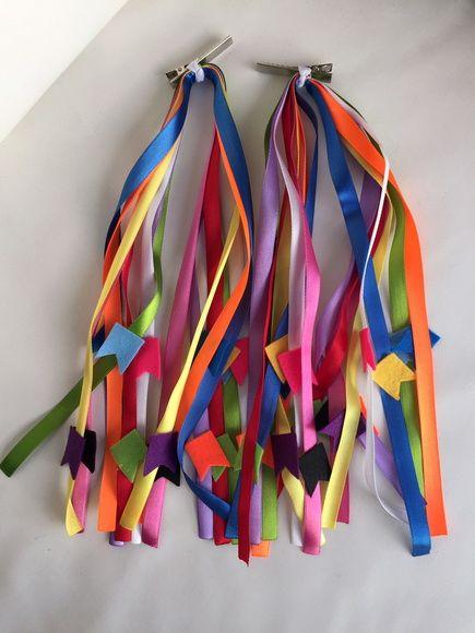Enfeite Junino para Cabelo - 8 fitas coloridas com 30 cm de comprimento com bandeirinhas em feltro coloridas. O enfeito pode ser preso no bico de pato com 4,5 cm de comprimento ou no elástico.    Valor do par de enfeite - R$ 29,90    As fitas e o feltro podem ter variação na cor e serem diferentes.