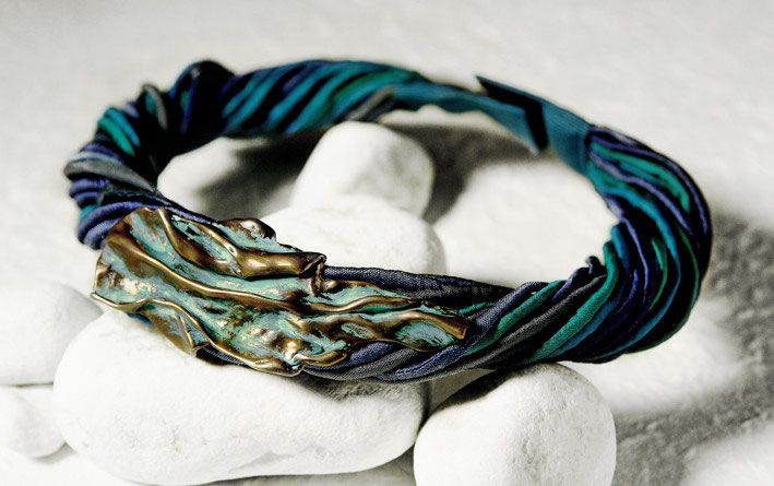 Girocollo in bronzo anticato e seta pura