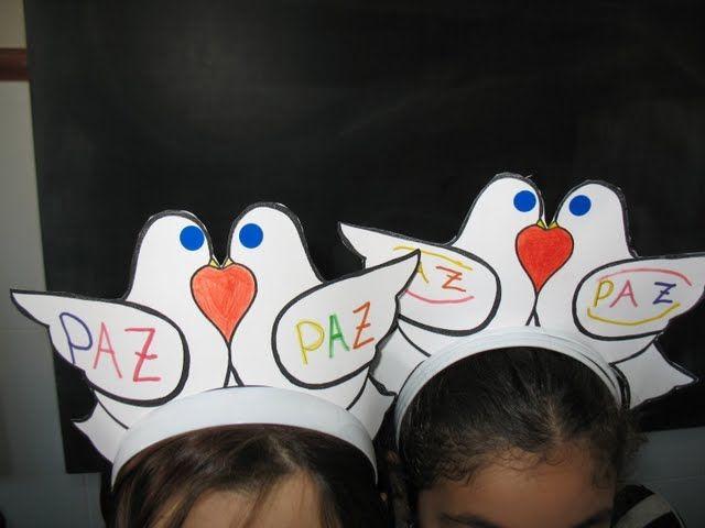 Coronas paloma de La Paz con una bolsa blanca basura de disfraz y un día de La Paz precioso