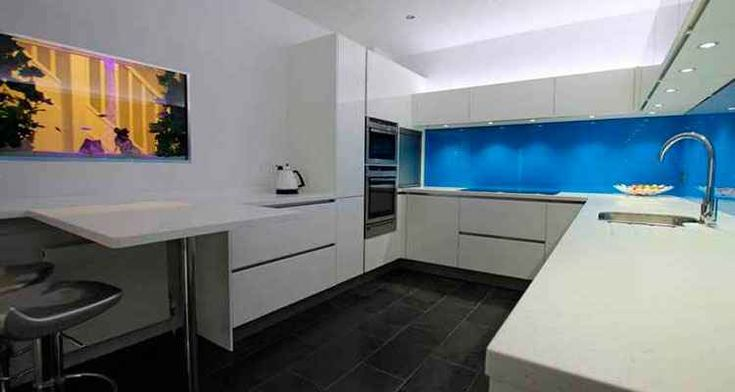 Для обустройства небольшой кухни можно использовать угловой гарнитур. Есть несколько вариантов планировки и оформления помещения, и с ними стоит ознакомиться.