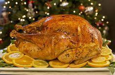 Si estas buscando una receta, buena, fácil, y deliciosa de pavo para esta Navidad, ¡ya no busques más! Esta receta de pavo lleva un relleno de cítricos y hierbas de olor que le dan un sabor inigualable. Ademas de que queda super doradito, el gravy de esta receta es realmente espectacular. ¡Todos te pedirán la receta!