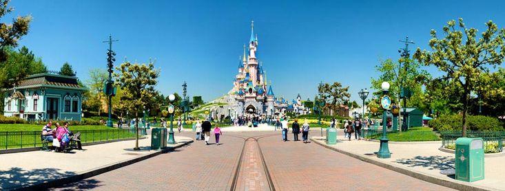 Disneyland Paris est le premier parc d'attractions européen et l'un des plus visités au monde... c'est ainsi l'une des principales destinations touristiques d'Europe ! Thea Awards en 1996 pour Space Mountain et en 2003 pour Ciné Magique. #parc
