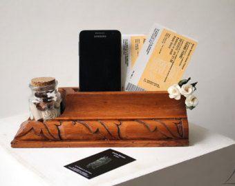E un porta cellulare in legno. Al posto del cellulare si possono mettere bigliettini da visita o altro. Nel foro laterale si mettono penne e materiale da cancelleria, o una piantina. Sono una scultrice fiorentina, amo il legno in tutte le sue forme e mi diletto nel creare oggetti di arredamento speciali per la vostra casa!   PEZZO UNICO e NON RIPRODUCIBILE  Creato e ideato da me, MADE IN ITALY, Firenze.  Ti piace ma ci vuoi un cuore o le tue iniziali? Contattami e richiedi di…