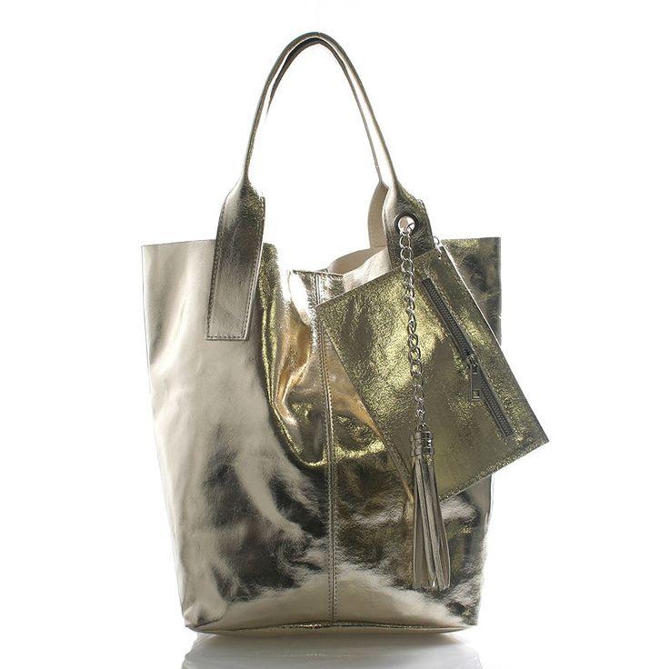 #kabelka #novinka Zlatá velká kožená kabelka ItalY styl shopper. Prostorná nekonvenční kabelka přes rameno nebo do ruky, do které dáte vše. Jednoduchý Italský design v kombinace s kůží (bez podšívky) dělá z kabelky kvalitního každodenního pomocníka. Zapíná se na magnetický cvoček, uvnitř je otevřená bez kapes. Ke kabelce je menší pouzdýrko na kovovém řetízku, sloužící jako kapsa na mobil či peněženku.
