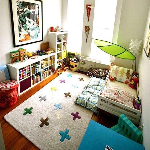 """Интерьер комнаты в духе Монтессори😍 #mh_интерьер Как вам такой вариант? Высокая кроватка, но со """"ступенькой"""" в виде матрасика. Источник фото: apartmenttherapy.com"""