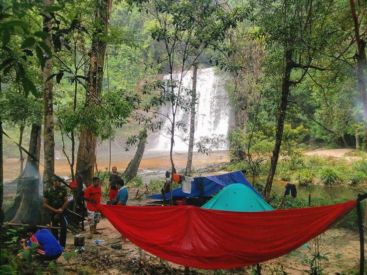 """""""Keindahan hanya dapat ditemukan oleh mereka yg pantas menemukannya."""" #rombodait #hutan #airterjun #westborneo #sungai #kumpul2 #kopi #hammock #hammocklife #landak #camping #petualang #community #family by @raynaldoginting"""