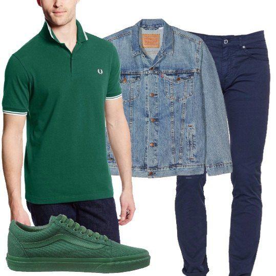 Outfit composto da polo a maniche corte verde con profili bianchi, pantalone in cotone blu, classico giubbotto di jeans modello anni '90 e sneakers verdi basse della Vans.