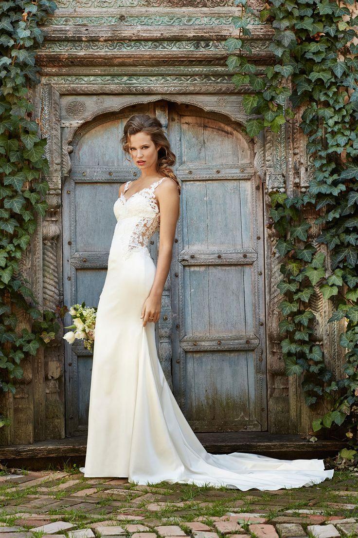 De Watters-Did trouwjurk, model 53313,is een sluik vallende kanten jurk met V hals.Deze trouwjurkheefteen verrassende transparante kanten rug en sleep.