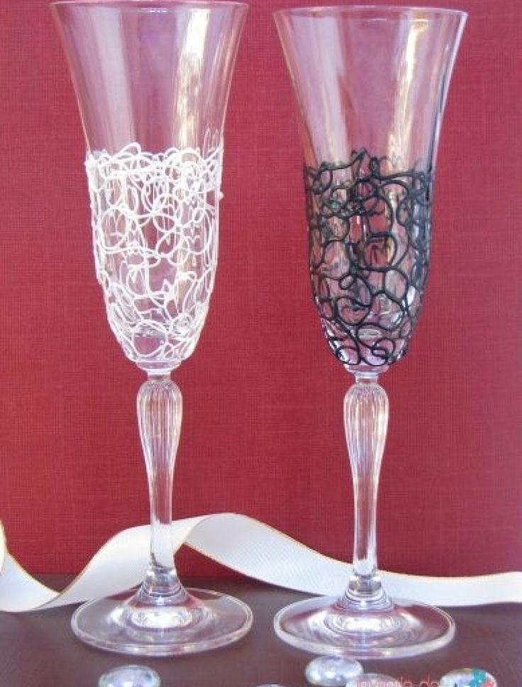 Un deosebit set de pahare de sampanie din cristal lichid cu model unic. Unul dintre pahare este alb, iar celalalt este negru. Paharele se personalizeaza cu numele mirilor si cu data nuntii. COD: AS P-47