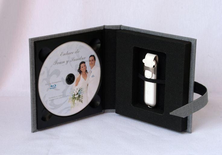 Estuche para 1 DVD y 1 Pendrive USB acabado gris texturado e interior en téxtil.