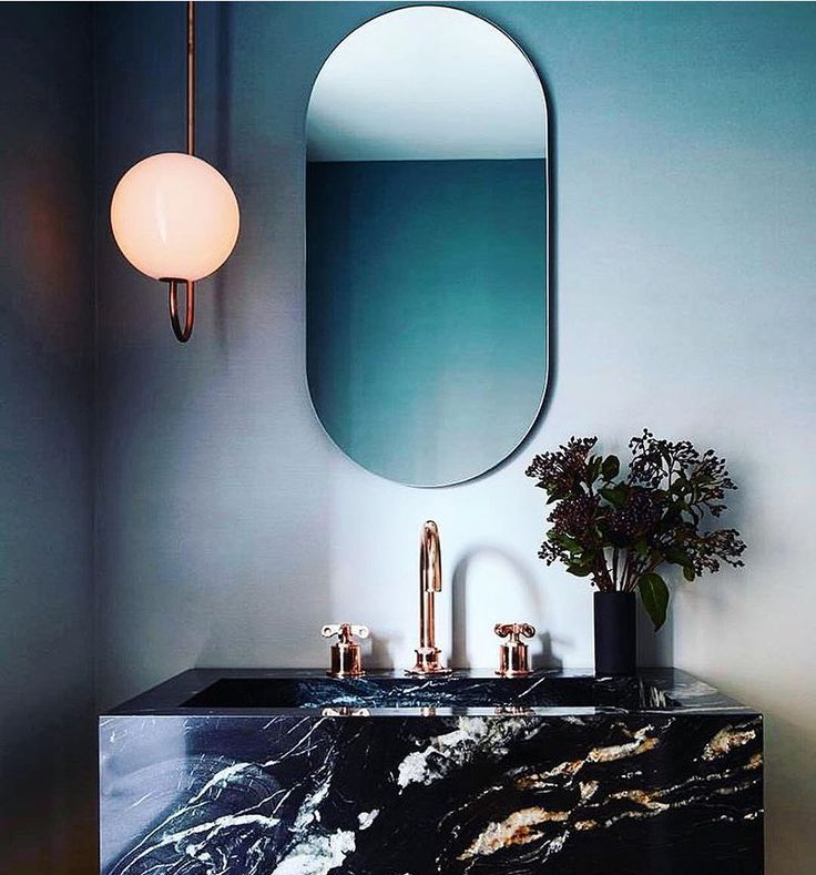 EllE Decoration * We beginnen de week met deze perfect powder room in Manhattan, geheel ingericht door Space Exploration : @nicole_franzen en styling: @katjagreeff @space_exploration_design @calicowallpaper @michaelanastassiades @wtrwrks @aericksondesign