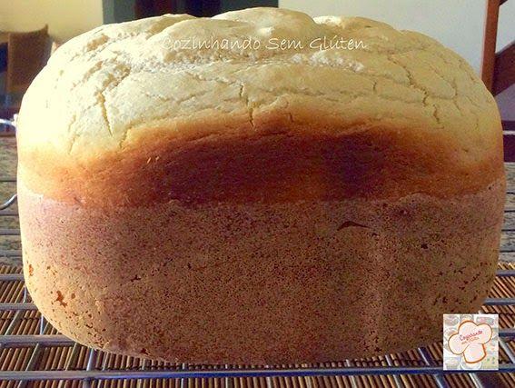 Cozinhando sem Glúten2 xíc. de farinha de arroz 1 xic. de polvilho doce 1/2 xíc. de fécula de batata 1 colherinha de sal 1 colher de sobremesa de cmc ou goma xantana 1 colher de chá de vinagre de maçã 2 ovos 3 colheres de sopa de óleo ou azeite 1 colher de sopa de açúcar (uso demerara, mas pode usar outro) 1 sachê (10 g) de fermento biológico seco 200 ml de água morna 2 bananas amassadas