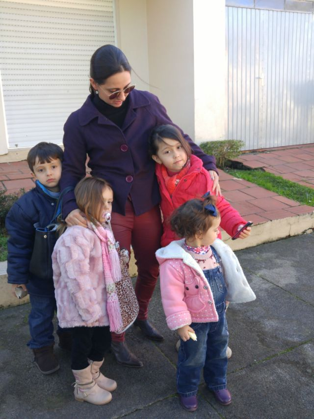 Skinny de couro vermelha e casaco de lã roxo
