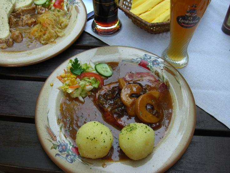 Schlesisches Himmelreich (Sachsen) wird aus geräuchertem Schweinebauch, Kassler oder Pökelfleisch hergestellt, der in Wasser zusammen mit Backobst, Zimt und Zitronenschale gekocht wird. Eine Mehlschwitze wird mit der süßlichen Kochbrühe hergestellt und zusammen mit dem in Scheiben geschnittenen Schweinebauch und dem abgetropften Backobst serviert. Dazu gibt es üblicherweise schlesische Kartoffelklöße. Schlesisches Himmelreich (Saxony) is made smoked pork belly, smoked or cured meats, cooked…