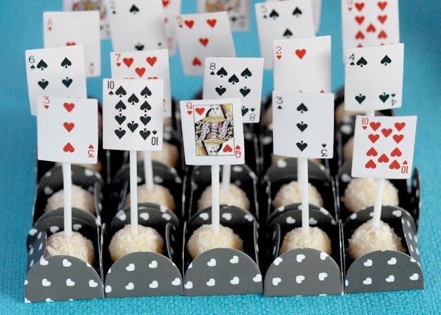 BARALHO É BARATO E É UM ELEMENTO FÁCIL PARA DECORAÇÃO   Alice in Wonderland #party  www.tablescapesbydesign.com https://www.facebook.com/pages/Tablescapes-By-Design/129811416695