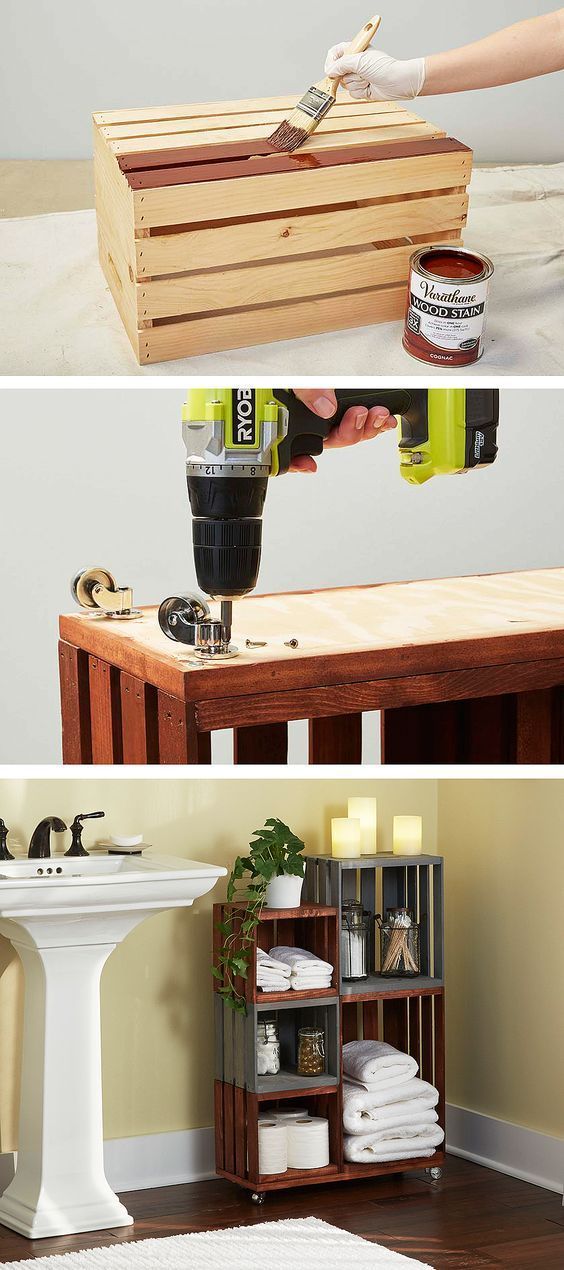 Un rangement de salle de bains avec des caisses en bois