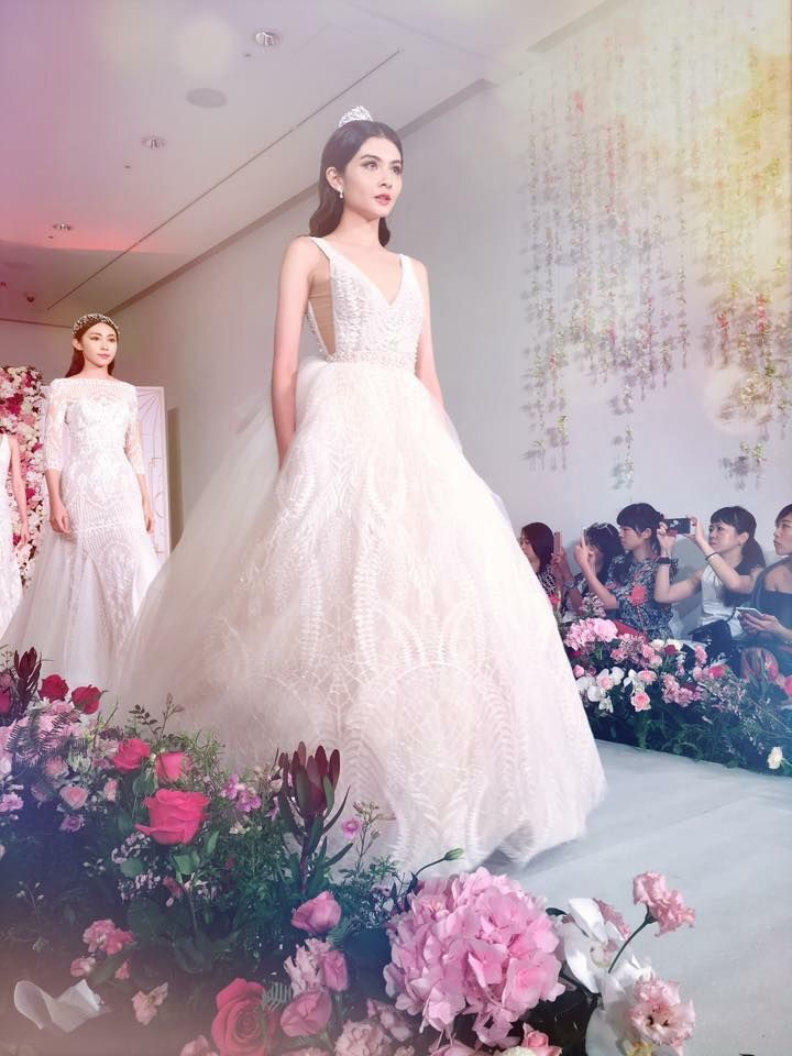 See the stylish elegance of the Bloom dress and fall for the bohemian beauty of the catwalk. ❤ #ersaatelier #princesscontemporarydiorama #bridalcollection2016 #catwalk *Source: Blanche Sweet Designer Bridal Room.