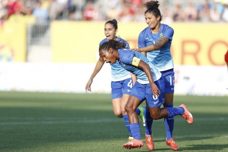 Meninas do Brasil no Pan mostram aos rapazes como se ganha o ouro no futebol - Fotos - R7 Pan Toronto 2015