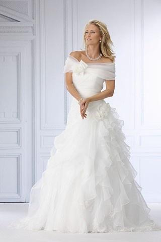 tres-chic-trouwjurk    Jurkis mooi maar de sieraden ook (eenvoudig maar wel chique)