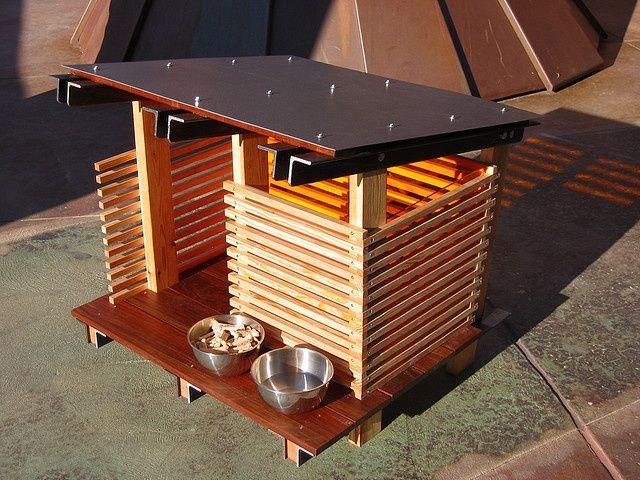Modern hondenhok voor buiten gemaakt uit hout