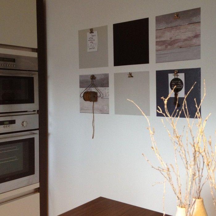 Leuk voor in de keuken! Vlakken van 30 x 30 cm voorzien van behang, muurverf en krijtbordverf. Voorzien van knijpertjes (Hema) zodat je daar je memo's en lieve briefjes op kunt hangen!