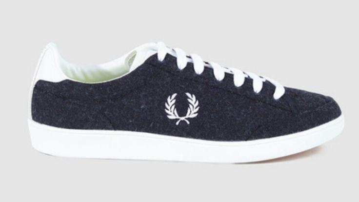 Zapatillas Fred Perry de línea clásica retro fabricada en tejido imitación las pelotas de tenis (haciendo referencia a la herencia de la marca) con suela de goma y logo de la marca bordado en el lateral. Tienen cierre de cordones a contraste