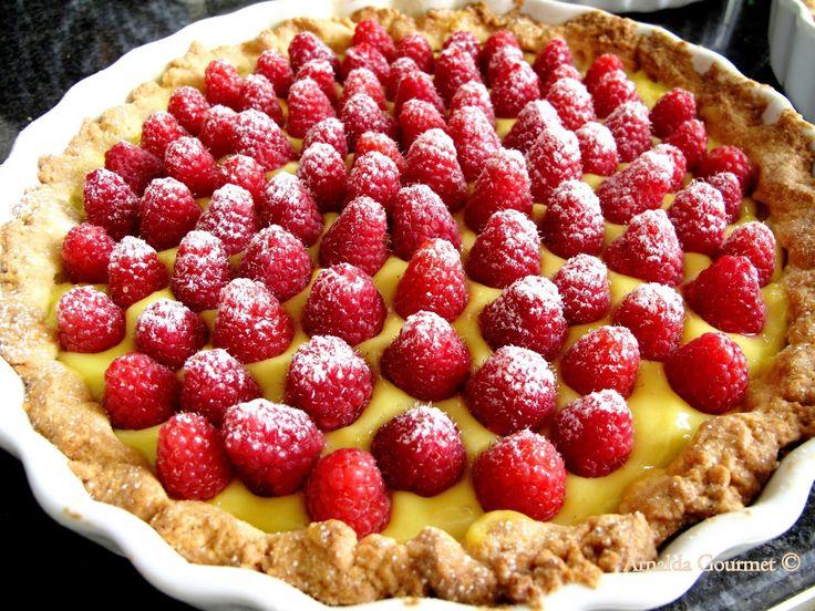 Cosa c'è di meglio di una crostata alla frutta fatta in casa? Ma non di quelle con la marmellata, quelle con la crema pasticcera come la fa...