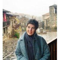 Pax Dettoni Serrano (Vielha, 1978) Licenciada en Antropología Social y Cultural, Ciencias Políticas y de la Administración Pública, Ciencias Empresariales, y Máster en Estudios Teatrales. Durante más de 10 años dedicó su carrera profesional a la cooperación internacional en Asia y América Latina. En 2010 el teatro se convierte en el eje central de su trabajo para el desarrollo humano y social bajo lo que ha denominado Teatro de Conciencia.