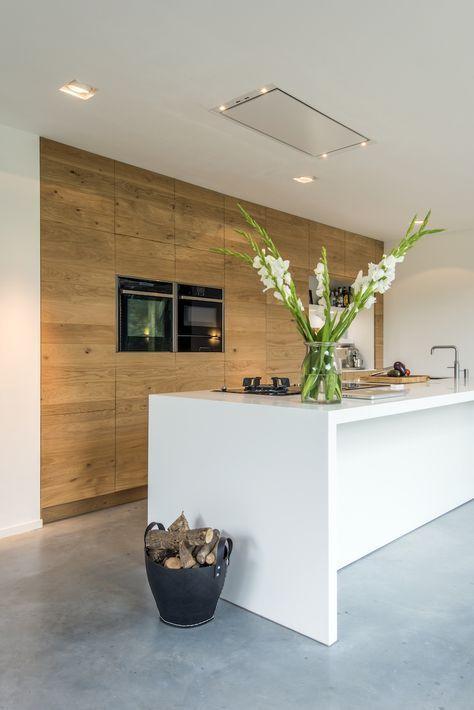 Houten keuken met it kookeiland en ontbijtbar. Keuken van ruw eikenhout via JP Walker #keuken #kookeiland #houtenkeuken #modernkitchen