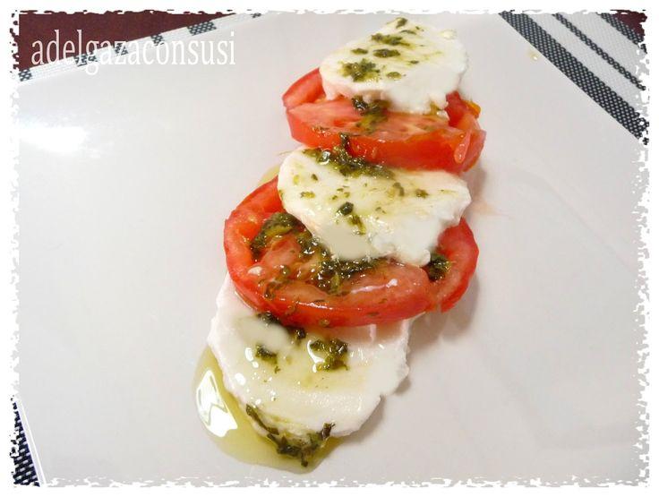 Ensalada caprese (1/2) Calorías: 182kcal | Grasa: 11,08g | Carbh: 5,05g | Prot: 16,26g Ensalada típica italiana que no tiene ningún ...