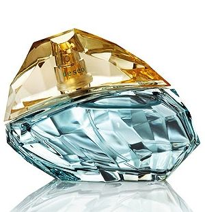 Deseo, Jennifer Lopez for women.  The top notes bring the accords of bamboo leaf waving on the Italian breeze, Sicilian bergamot, yuzu, and charming, intensely flowery freesia notes. The heart beats with notes of star jasmine, pink gardenia, orange blossom and French mimosa. The base brings notes of musk, sandalwood, amber, oakmoss, Atlas cedar and patchouli.