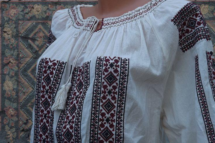 Bluza tip Ie dama populara Ilinca cu model brodat traditional in contrast si o croiala lejera o face un obiect vestimentar de actualitate