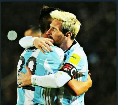 El abrazo qe tanto espere. Gracias genios por tanto futbol *-*. LM10 Y PD21.