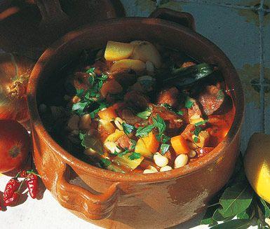 Het och mättande gryta med smakrika ingredienser som chorizo, rökt skinka, potatis, vita bönor och krossade tomater. Denna smarriga chorizogryta serveras med klippt persilja på toppen.