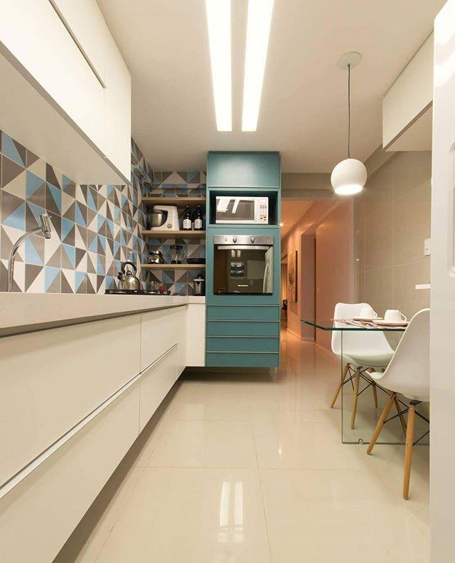 O revestimento geométrico é o protagonista neste outro ângulo da cozinha   @paulavillocqphotoarquitetura #cozinha #azulejo #interiores #homeideas #projetounio #unioarquitetura ____________________ ☎ - (81)3127.6365 ✉ - unio@unioarquitetura.com - www.facebook.com/unioarquitetura