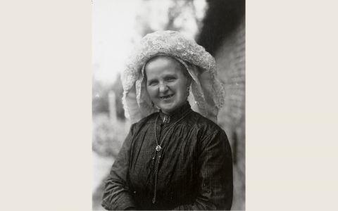 Vrouw in Noord-Brabantse streekdracht uit Heeze. Over de muts draagt ze een 'poffer'. Een poffer is een losse versiering van linten, kunstbl 1928-1941 vanAgtmaal #NoordBrabant #Kempen