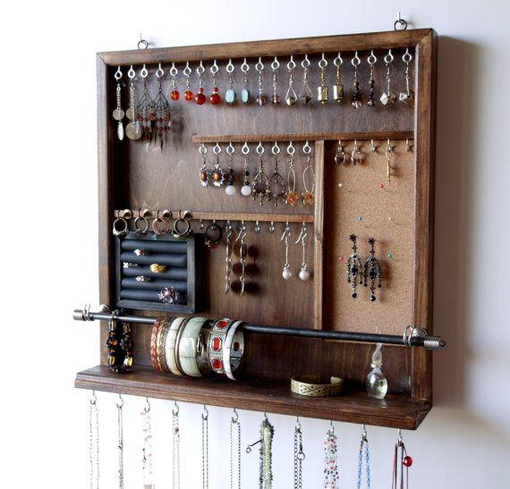 Se trata de un organizador de joyas diseñado y elaborado por mi. Funcional con una llamarada artística es mi meta hacer piezas funcionales. Este