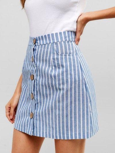 Botón de rayas a través de mini falda tejida