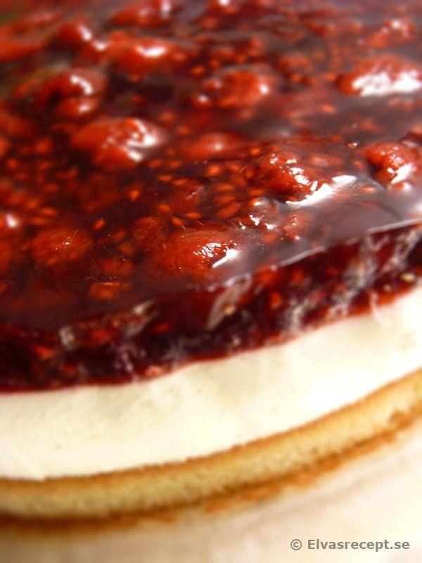 Mazarintårta Med Vaniljmousse Och Hallon I Gelé. Mazarin cake - cake with vanilla mousse and raspberries in jelly.