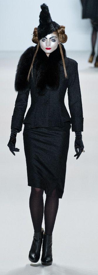 """Die Show""""DAMOI"""" vomGuido Maria Kretschmer auf der Mercedes-Benz Fashion Week Berlin mit derH/W 12/13 Kollektion war asiatisch angehaucht und inszeniert. Guido Maria Kretschmer ist bekannt für glamouröse Kleider aus edlen Materialien sowie figurbetonte Schnitte, die die Weiblichkeit"""