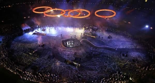 Kraliçe ikinci Elizabeth'in katılımıyla başlayan 2012 Londra Olimpiyat Oyunları açılış töreni fotoğraflarına aşağıdan ulaşabilirsiniz.Göz kamaştıran bir törenle açılan 2012 Londra Olimpiyat Oyunlarında, Kraliçe Elizabeth, James Bond serüveni temalı bir kısa filmde kendi hayatını canlandırdığı gösteride, İngilizlerin geçirdiği büyük devrimlerin görsel anlatısı yer alıyordu.204 ülkenin iştirakiyle gerçekleşen sporcu geçişinde Türkiye bayrağı Kadın Voleybol Milli Takım kaptanı Neslihan Darnel…
