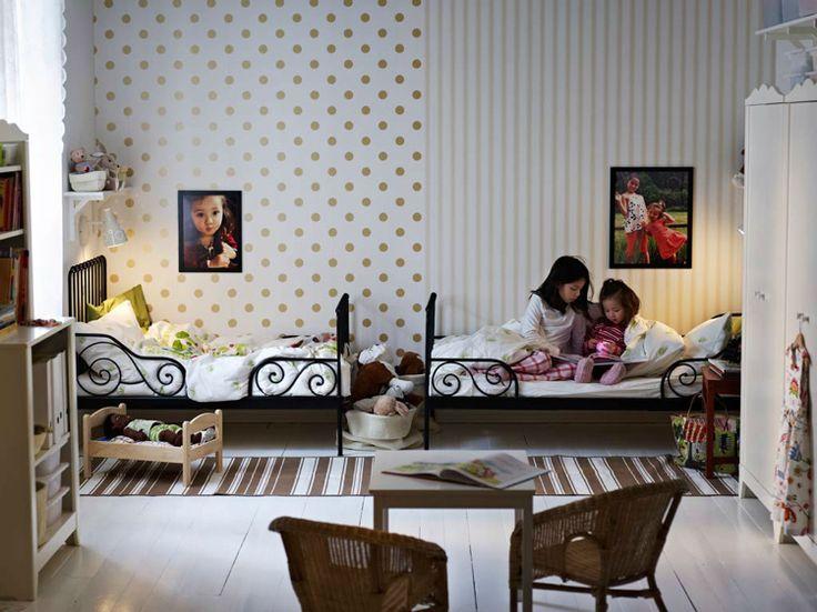 Kinderzimmer für zwei kleine Mädchen in Schwarz-Weiß